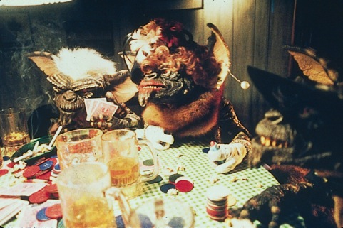Gremlins (foto Gremlins smoking drinking and playing cards)