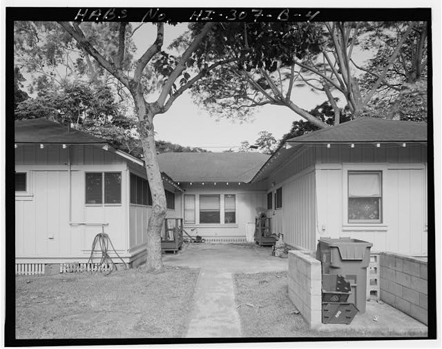 FACILITY 710, REAR COURTYARD BETWEEN WINGS, VIEW FACING NORTHEAST. - Schofield Barracks Military Reservation, Corner-Entry Single-Family Housing Type, Between Bragg & Grime Streets near Williston Avenue, Wahiawa, Honolulu County, HI, photograph by David Franzen, 1996, courtesy of Prints and Photographs Division, Library of Congress